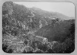 vue plongeante sur la papeterie des Charbonniers (Thiers, Puy-de-Dôme, France) dans un paysage de montagne